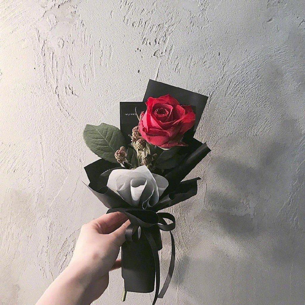 唯美文艺简约微信头像图片|左手拿着一朵花