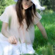绿色草丛中的微笑女人