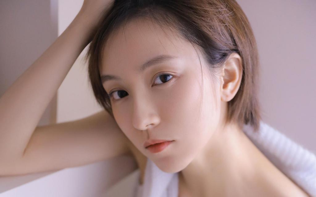 短发少女精致唯美清纯白
