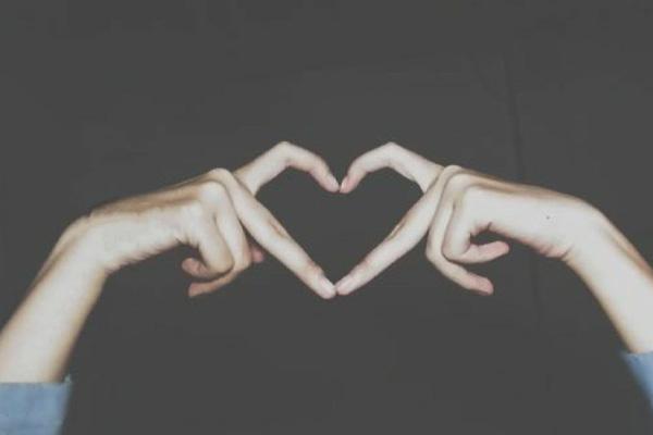 唯美两只手比心只有手,