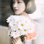 捧着鲜花的婚纱少女清纯