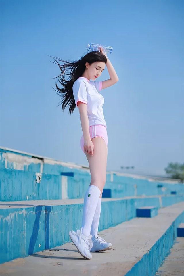 甜美长腿萌妹子校园清新写真图片