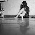 独自心碎难过的女孩黑白