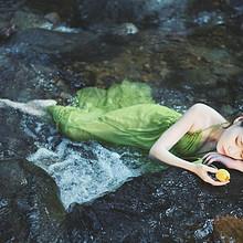 文艺美女绿色吊带长裙森林