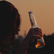 正在喝酒的国外美女伤感唯