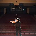 漂亮的拉小提琴的