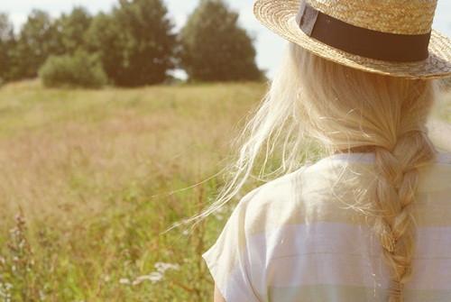 好看你戴着草帽的身影迎着柔和的光线那么美图