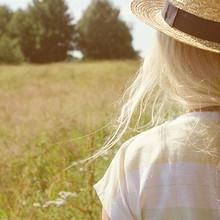 好看你戴着草帽的身影迎着柔和的光线那么美图片