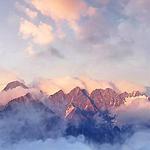 清晨云雾环绕的高山美景