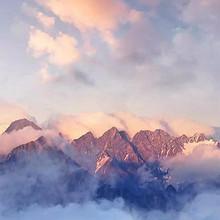 清晨云雾环绕的高山美景唯