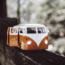 小孩子最喜欢玩的玩具小汽车高清特写壁纸图片