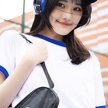 可爱俏皮的棒球美女队员活