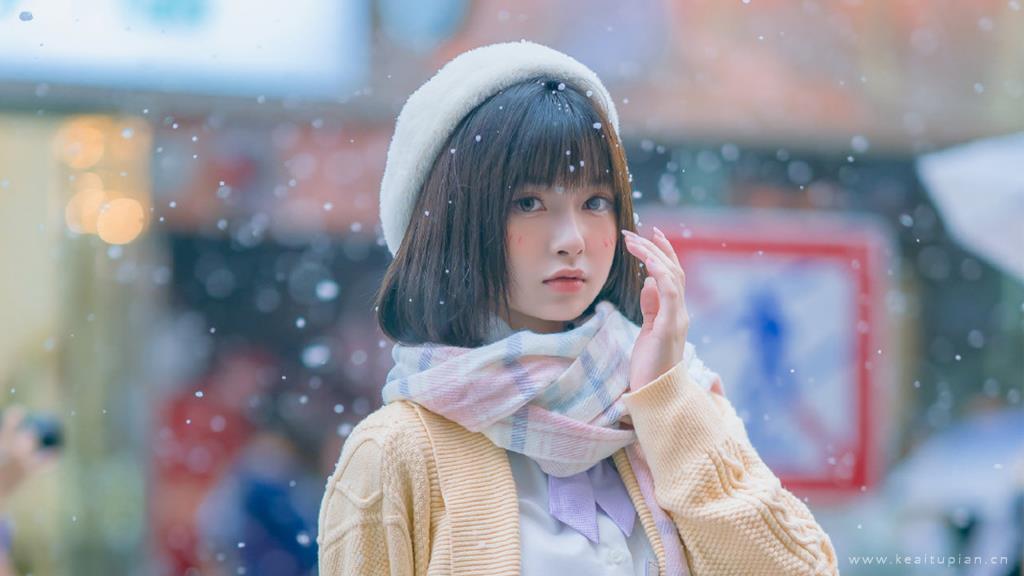 冬日初雪的街边甜美可爱少女写真图片