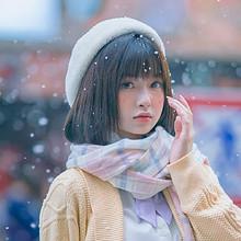 冬日初雪的街边甜美可爱少