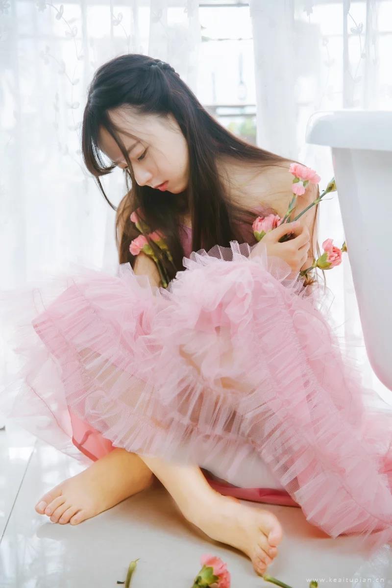 性感美女粉色纱裙浴缸诱人写真高清壁纸