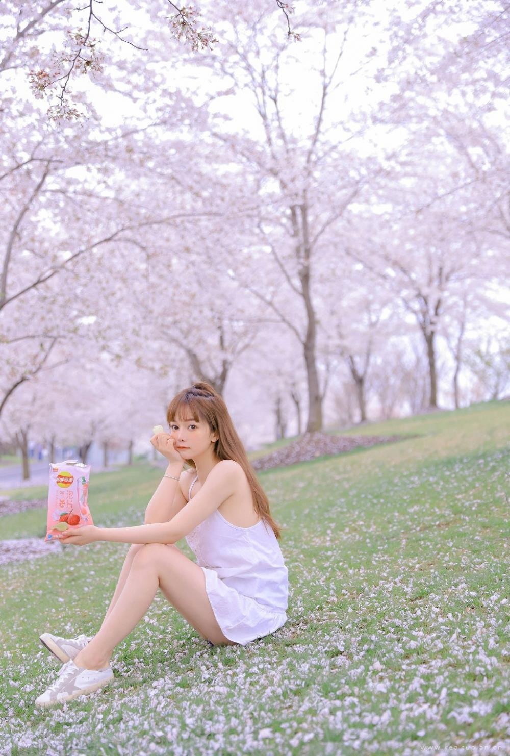 甜美清纯美女吊带薄纱撩人街拍写真图片