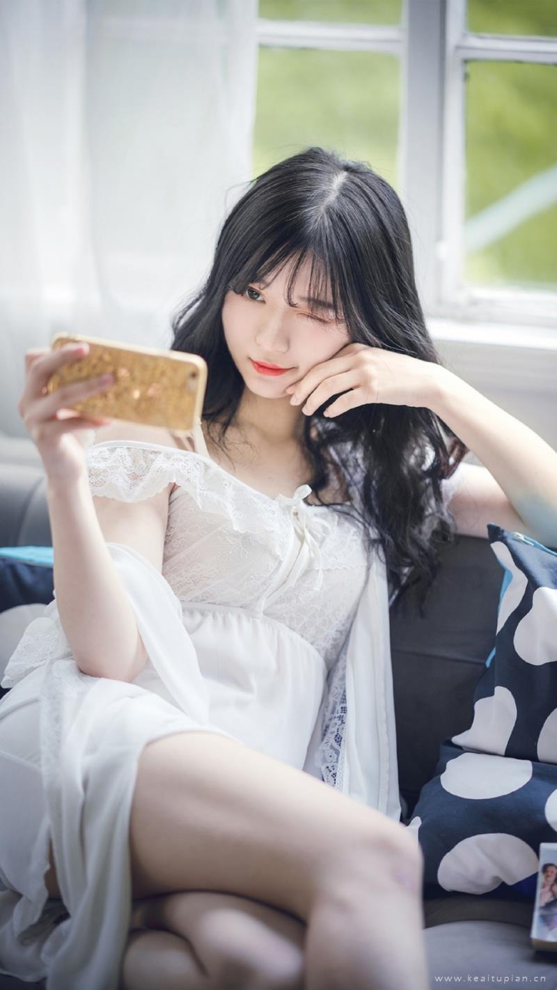 白色吊带睡裙美女性感迷人写真图片