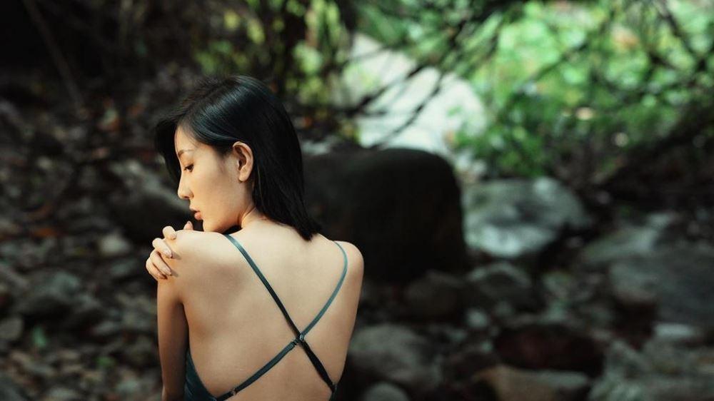 森系女生冷色系唯美伤感优雅意境写真图片