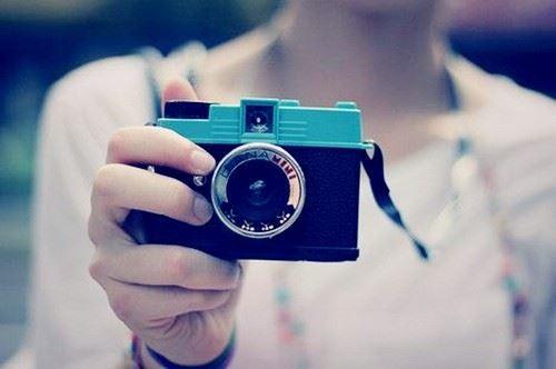 复古意境 手拿相机的不露脸的女生图片