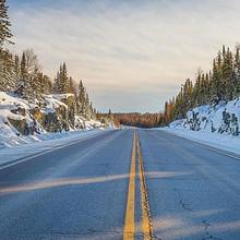 延伸到森林的公路唯美风景
