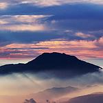 云雾缭绕的山峰唯美风景
